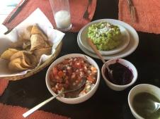 Totopos, salsas y guacamole